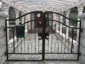 wrought-iron-fences-and-gates-beautiful-design-driveway-gate-hinges